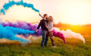 парень с девушкой с фейервером и цветным дымом